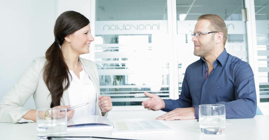 Ein Mann und eine Frau in einem Beratungsgespräch
