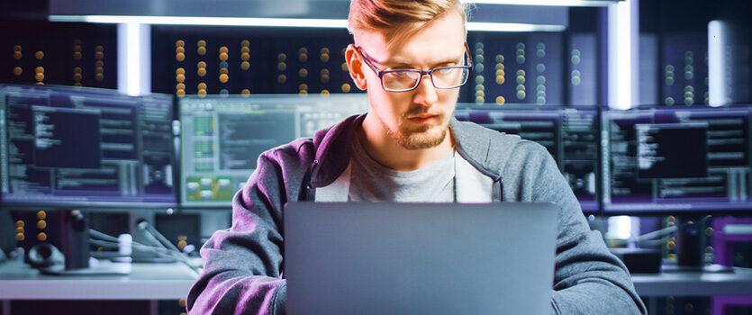 IT Experte arbeitet im Büro mit vielen Computern