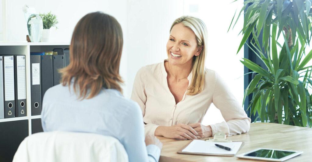 Pädagogische Bildungsgleiterin im Gespräch mit einer Teilnehmerin
