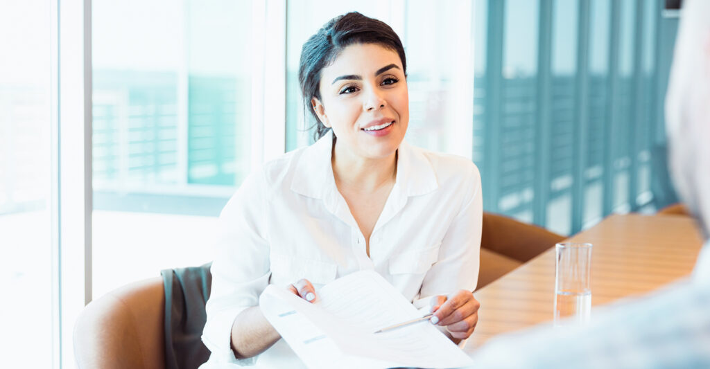 Dunkelhaarige Frau im Business-Gespräch