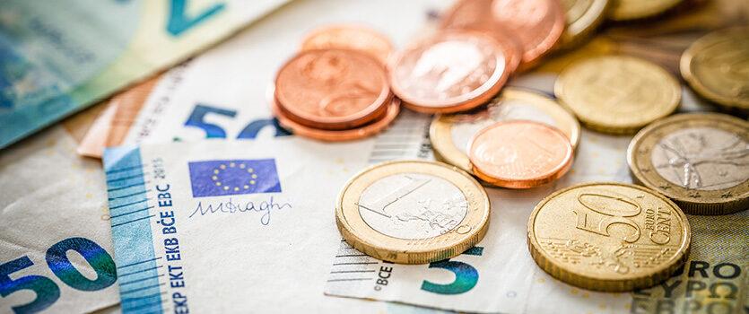 Euro Münzen und Euro Scheine auf einem Tisch
