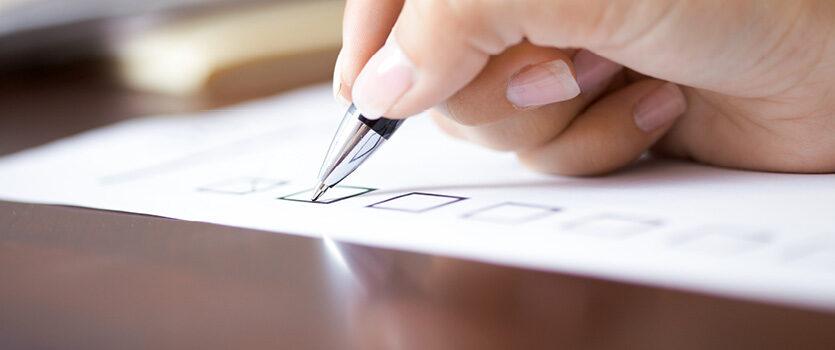 Checkliste mit einem Kugelschreiber abhaken