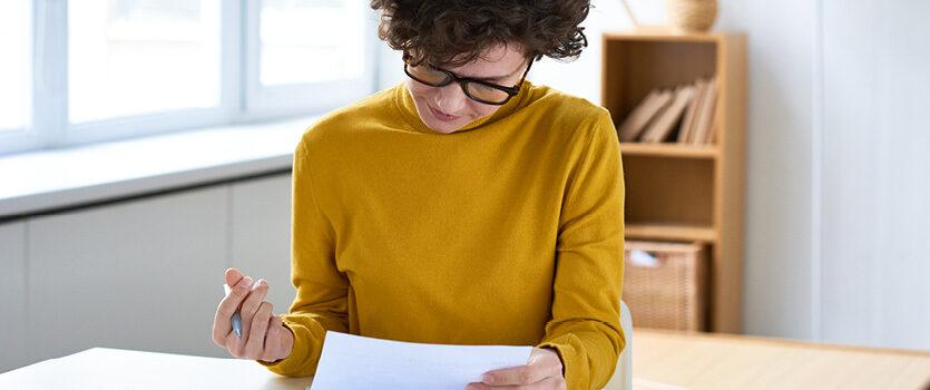 Frau füllt Unterlagen aus
