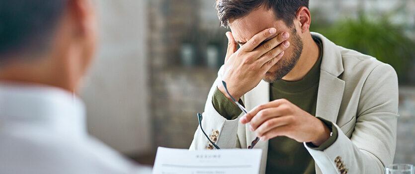 Ein Mann ist nach dem Vorstellungsgespräch enttäuscht