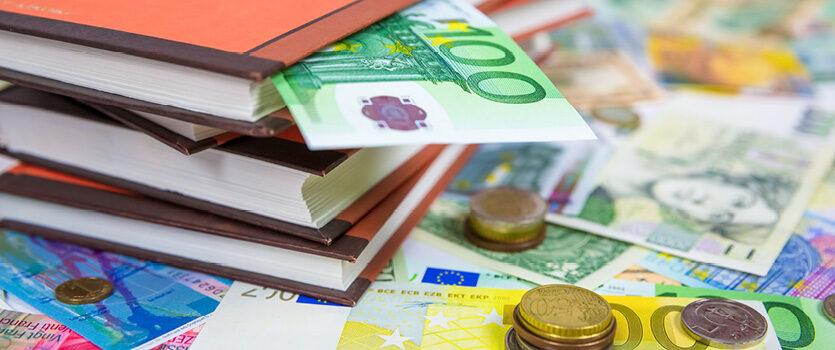 Viele Geldscheine und ein hundereuroschein ist in einem Buch