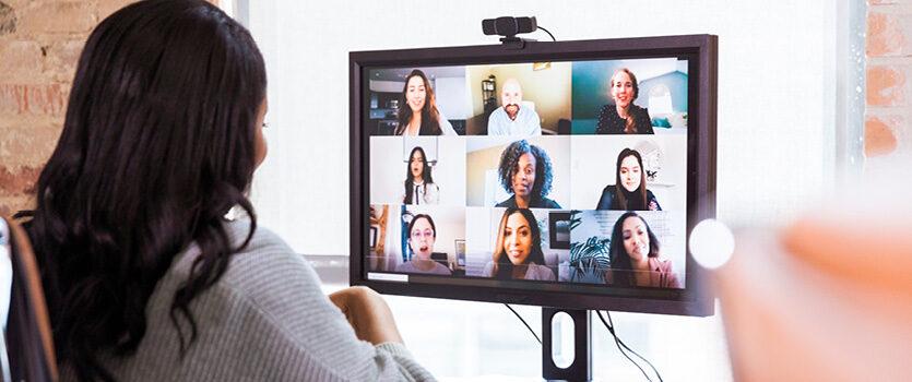 Businessfrau im virtuellen Meeting mit ihren Kollegen