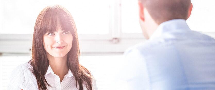 Frau und Mann führen eine Gehaltsverhandlung