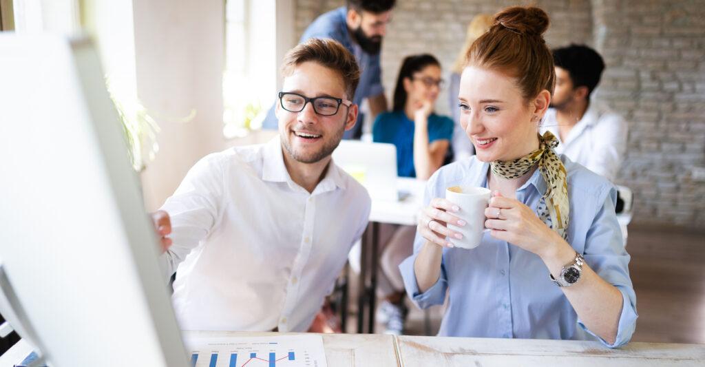 Eine Frau und ein Mann besprechen Projekt