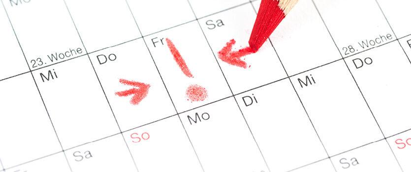 Wichtiger Tag wird im Kalender mit einem roten Stift markiert