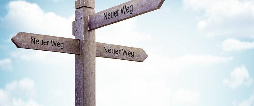 Holzschild zeigt den Weg
